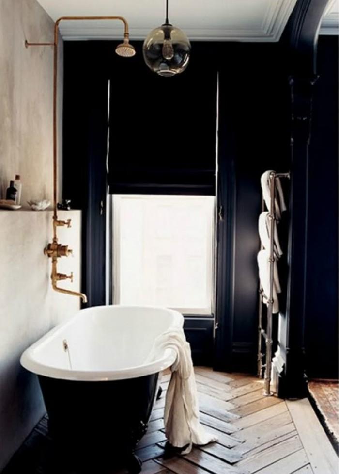 unconventional bathroom modern bathroom Unconventional Modern Bathroom Vanity! zwart bad met koperen kranen