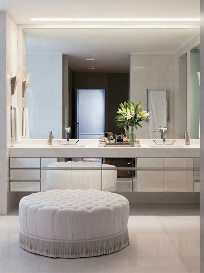 pufe-traz-aconchego-a-sala-de-banho-956399 bathroom mirrors Glam up Your Decor With The Best Bathroom Mirrors pufe traz aconchego a sala de banho 956399